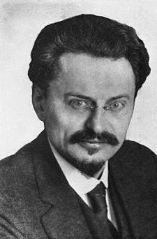 Político y teórico ruso. NombreLev Davidovich Bronstein Nacimiento7 de noviembre de 1879 Yákovka Bandera de Ucrania Ucrania Fallecimiento20 de agosto de 1940 Bandera de los Estados Unidos Mexicanos México